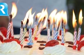 100-jarige Riet viert verjaardag in verzorgingshuis