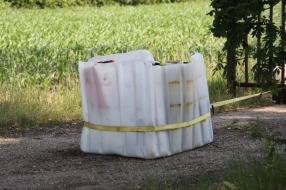 Nieuws: 19 vaten met drugsafval vastgebonden aan een poort