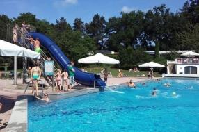 Nieuws: Aantal bezoekers buitenzwembad 'spectaculair hoog'