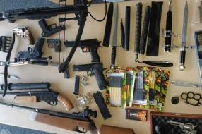 Nieuws: Arsenaal wapens gevonden in huis, man gaat door het lint