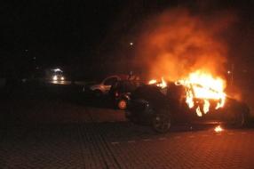 Auto gaat volledig in vlammen op