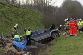 Nieuws: Auto met aanhanger belandt in de sloot langs A77, een rijbaa