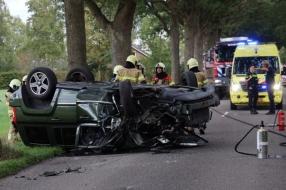 Nieuws: Auto rijdt tegen boom en slaat over de kop in Wanroij, drie