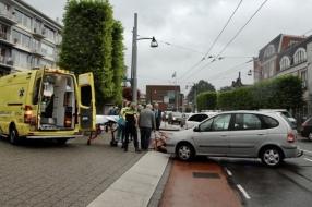 Nieuws: Auto schept fietsster in Velp; slachtoffer naar ziekenhuis