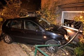 Nieuws: Automobilist ramt lantaarnpaal en knalt tegen hoekwoning