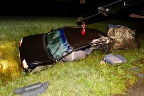 Nieuws: Bestuurder knalt met auto tegen boom en belandt in de sloot