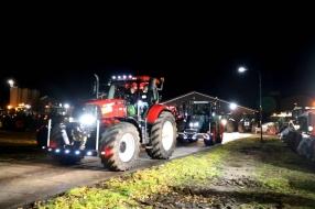 Boeren gaan in Den Haag in defilé langs het paleis Huis ten Bosch