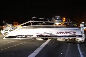 Boot belandt na ongeluk op snelweg A73 bij Rijkevoort