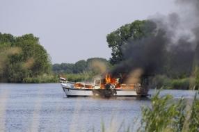 Boot op de Maas bij Vierlingsbeek brandt uit, opvarenden zijn veilig