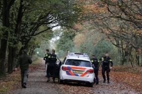Nieuws: Boswachter hoort schoten in bos, politie rukt uit