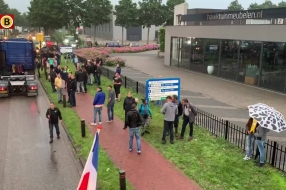 Nieuws: Boze boeren bezetten distributiecentrum Jumbo Veghel, demons