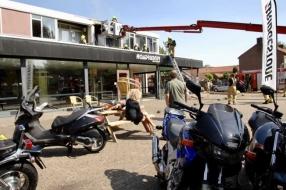 Nieuws: Brand boven motorzaak Velp: showroom uit voorzorg leeggehaal