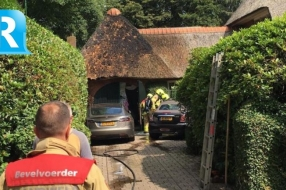 Brand verwoest deel van rieten dak woning in Velp
