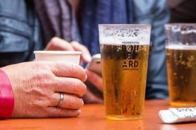Nieuws: Coronanieuws: 'Avondklok voor cafés zal in studentens