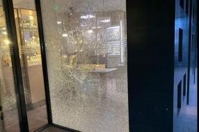 'Dan stappen er vijf malloten uit een auto', juwelier weer doelwit inbrekers