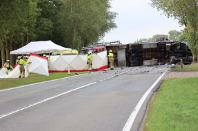 Nieuws: Dode bij ongeluk op N321 bij Escharen, gekantelde vrachtwage