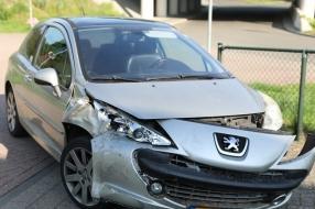 Nieuws: Doorrijder parkeert auto bij schadehersteller en neemt de be