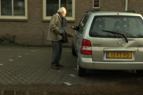 Nieuws: Frans (84) zit met zijn handen in het haar, nu zijn auto stu