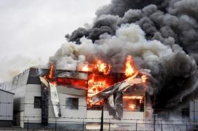 Nieuws: Grote brand verwoest bouwbedrijf in Venhorst, brandweer mass