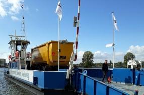 Nieuws: Landbouwverkeer steekt via fietspad de Maas over nu pontje n