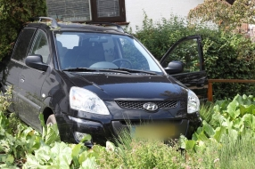 Nieuws: Man in Velp  rijdt achteruit de voortuin van zijn buren in