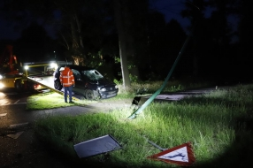 Nieuws: Man rijdt bij slippartij borden uit de grond en wordt aangeh