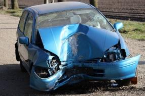 Nieuws: Man wil rijbewijs vieren, maar rijdt auto in kreukels richti