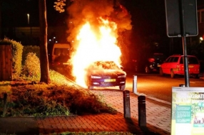 Nieuws: Metershoge vlammen verwoesten auto in Velp