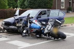 Nieuws: Motor botst bij het inhalen frontaal op auto, bestuurder zwa