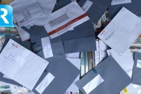 Nieuws: Postbode dumpt post in de tuin van flatbewoners