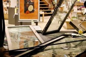 Nieuws: Ramkrakers slaan toe bij boekhandel in Boxmeer: pui winkel a