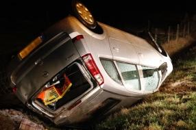 Nieuws: Sneeuw leidt tot ongeluk in Oploo: auto slaat over de kop en