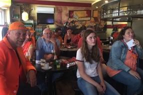Nieuws: Tientallen fans in het café voor Oranjeleeuwin Kika van Es,