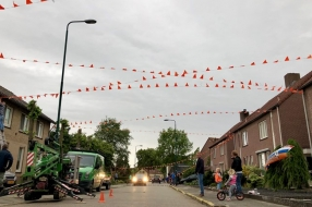Nieuws: Vier kilometer vlaggetjes, Mill kleurt oranje