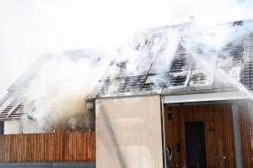 Vlammen slaan uit het dak bij brand in Gassel