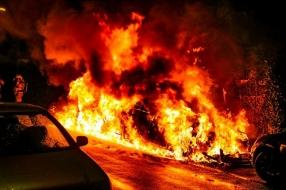 Nieuws: Vlammenzee verwoest twee auto's in Velp, brandweer voorkomt