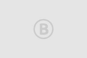Vrachtwagen rijdt spoorboom bij spoorwegovergang in Boxmeer kapot