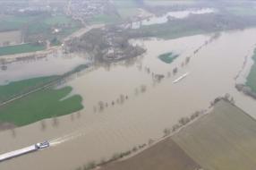 Water in de Maas stijgt snel: 'We gaan de kelder leeghalen' [VIDEO]