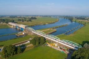 Nieuws: Zwaar verkeer kan eerder dan verwacht over Maasbrug bij Grav